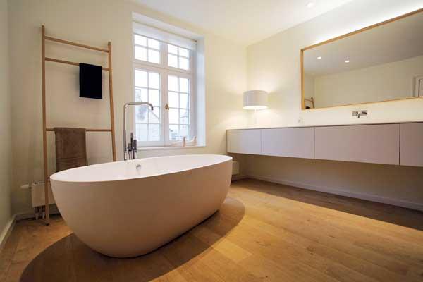 Badkamerrenovatie handgemaakte houten badmeubels kapellen antwerpen - Houten vloer hal bad ...